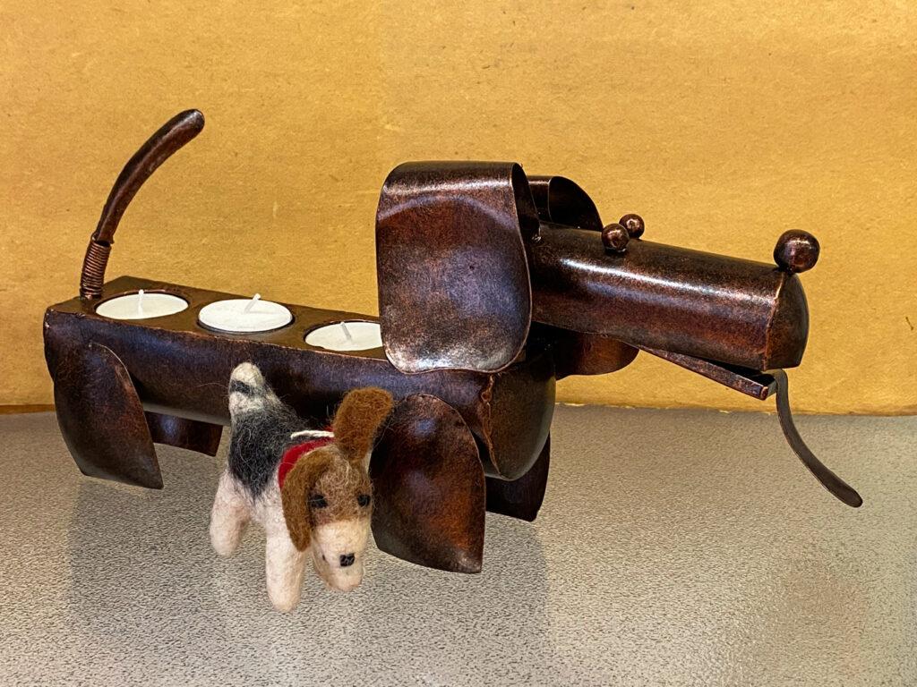 Deze metalen hond met waxinelichthouder kost € 24,95